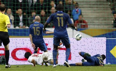 Japan's Shinji Kagawa (bottom, L) dives to score the victory goal for his team over France during their international friendly soccer match at the Stade de France stadium in Saint Denis near Paris, October 12, 2012. REUTERS/Charles Platiau