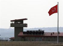 Турецкий военный гарнизон на границе с Сирией у села Хасипаша, 9 октября 2012 года. Турция усилила в минувшие выходные давление на режим сирийского президента Башара Асада, закрыв свое воздушное пространство для самолетов соседнего государства, в котором полтора года продолжаются вооруженные столкновения сторонников правящего клана и оппозиции. REUTERS/Osman Orsal