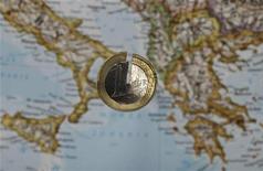 Треснувшая монета евро лежит на карте Южной Европы. Фотография сделана в Варшаве 14 сентября 2012 года. Евро дешевеет по отношению к доллару в понедельник, пока аналитики гадают, когда Испания обратится за международной финансовой помощью. REUTERS/Kacper Pempel