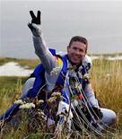 Феликс Баумгартнер после перелета с парашютом через Ла-Манш, 31 июля 2003 года. Австрийский скайдайвер совершил успешный прыжок из стратосферы, преодолев во время свободного падения скорость звука и установив, по предварительным данным, сразу несколько мировых рекордов. REUTERS/Bernhard Spoettel
