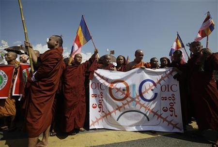 Buddhist monks hold a banner as they protest against the opening of Organization of Islamic Cooperation (OIC) offices in Myanmar, in front of the city hall in Yangon October 15, 2012. REUTERS/Soe Zeya Tun