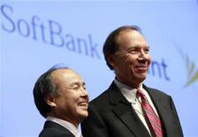 Presidente do Softbank Masayoshi Son e da Sprint Nextel Dan Hesse anunciam acordo de US$20,1 bi em Tóquio. 15/10/2012 REUTERS/Yuriko Nakao
