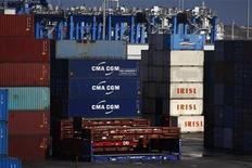 Пустые и больше не используемые контейнеры Islamic Republic of Iran Shipping Lines в порту мальтийского города Марсашлокк, 10 февраля 2012 года. Правительства Евросоюза согласовали санкции против банковского сектора, грузоперевозок и промышленности Ирана, усилив финансовое давление на Тегеран в связи с его ядерной программой. REUTERS/Darrin Zammit Lupi