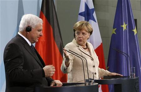 German Chancellor Angela Merkel and Panama's President Ricardo Martinelli address a news conference after talks in Berlin, October 15, 2012. REUTERS/Tobias Schwarz
