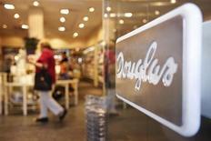 Вход в магазин Douglas во Франкфурте-на-Майне, 28 августа 2012 года. Семья основателя Douglas Holding AG вместе с частным инвестиционным фондом планирует выкупить убыточного ритейлера, страдающего от яростной конкуренции с онлайн-коммерсантами. REUTERS/Alex Domanski