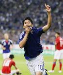 Shinji Kagawa comemora gol marcado contra a Coreia do Sul durante amistoso em Sapporo, Japão. O meio-campista japonês Shinji Kagawa disse nesta segunda-feira que a seleção do seu país deveria assumir mais riscos no amistoso de terça-feira contra o Brasil, na Polônia. 10/08/2011 REUTERS/KYODO