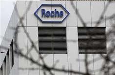 Фабрика Roche в швейцарском городе Бургдорф, 17 ноября 2010 года. Швейцарская фармакологическая компания Roche Holding AG подтвердила годовой прогноз во вторник после публикации квартального отчета, превзошедшего ожидания. REUTERS/Pascal Lauener