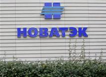 Логотип Новатэка на стене офиса компании в Москве, 16 сентября 2012 года. Российский независимый производитель газа Новатэк рассматривает выставленные на продажу активы испанской Repsol. REUTERS/Maxim Shemetov