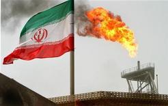 Иранский флаг на нефтедобывающей платформе на месторождении Соруш в Персидском заливе, 25 июля 2005 года. Правительства Евросоюза во вторник наложили санкции на крупные иранские государственные компании нефтяной и газовой индустрии и усилили ограничения для Центробанка в связи с ядерной программой Тегерана. REUTERS/Raheb Homavandi