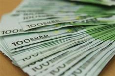 Банкноты 100 евро в отделении банка OTP в Будапеште, 23 ноября 2011 года. Евро растет на фоне ожиданий, что Испания вскоре подаст заявку на финансовую помощь, а доллар поднялся до месячного максимума к иене благодаря лучшим, чем ожидалось, показателям розничных продаж в США. REUTERS/Laszlo Balogh