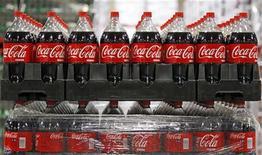 Бутылки Coca-Cola на складе в Дрэйпере, штат Юта, 9 марта 2011 года. Квартальная прибыль Coca-Cola Co совпала с прогнозами Уолл-стрит, однако выручка оказалась несколько ниже ожиданий. REUTERS/George Frey