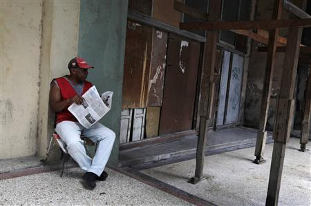 A man reads a newspapers on a street in Havana October 16, 2012. REUTERS/Enrique De La Osa