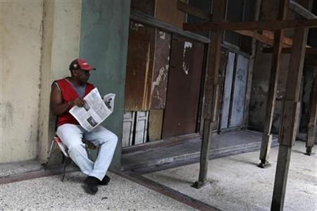 A man reads a newspapers on a street in Havana October 16, 2012. REUTERS/Enrique De La Osa
