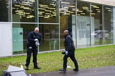 Police officers investigate the surroundings of Rotterdam's Kunsthal art gallery in the Netherlands October 16, 2012. REUTERS/Robin van Lonkhuijsen