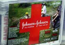 Набор первой помощи производства компании Johnson & Johnson на полке магазина в Вестминстере, штат Колорадо, 14 апреля 2009 года. Квартальные результаты Johnson & Johnson оказались лучше ожиданий благодаря повышению продаж лекарств, в том числе от рака простаты и гепатита C. REUTERS/Rick Wilking