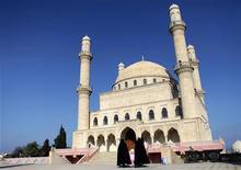 Мусульманки заходят в мечеть в Нардаране, Азербайджан 28 октября 2010 года. Уже несколько банков в Азербайджане открыто предлагают ограниченный ряд услуг, основанных на исламских принципах. REUTERS/Irada Humbatova