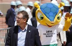 Secretário-geral da Fifa, Jérôme Valcke, caminha com a mascote da Copa do Mundo de 2014 durante visita ao estádio do Mineirão, em Belo Horizonte. 16/10/2012 REUTERS/Washington Alves