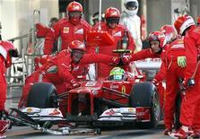 Piloto Felipe Massa, da Ferrari, faz parada no pit stop durante Grande Prêmio do Japão de F1, no circuito de Suzuka. Massa vai permanecer na Ferrari em 2013. 07/10/2012 REUTERS/Kimimasa Mayama/Pool