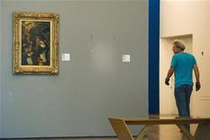 Local vazio na parede marca o lugar onde estava uma pintura de Henti Mattise, que foi roubada, no museu Kunsthal, em Rotterdam. Ladrões fugiram com pinturas de Pablo Picasso, Henri Matisse, Claude Monet e outros famosos artistas modernos de um museu em Rotterdam, disse a polícia holandesa nesta terça-feira. Pinturas de Paul Gauguin, Lucian Freud e de Meyer Haan também estavam na lista das sete pinturas roubadas do museu Kunsthal durante a noite, informou a polícia em seu site. Nem a polícia nem o museu foram imediatamente capazes de colocar um valor sobre o roubo, mas trata-se de um dos roubos mais dramáticos do mundo da arte nos últimos anos e provavelmente vale milhões. 16/10/2012 REUTERS/Robin van Lonkhuijsen