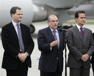 Colombia's government head of negotiators Humberto de la Calle (C) speaks next to negotiator Frank Pearl (R) and Sergio Jaramillo, prior to boarding a plane to Oslo, at a military airport in Bogota October 16, 2012. REUTERS/John Vizcaino
