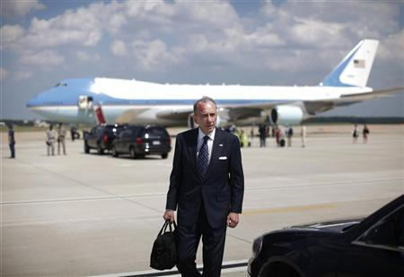 U.S. Senator Arlen Specter (D-PA) walks across the tarmac of Andrews Air Force Base after a daytrip with U.S. President Barack Obama to Pittsburgh, June 2, 2010. REUTERS/Jason Reed