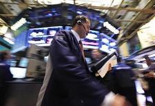 Трейдеры на Нью-Йоркской фондовой бирже, 16 октября 2012 года. Американские акции выросли во вторник благодаря сильной отчетности Johnson & Johnson, Goldman Sachs и других крупных компаний и банков. REUTERS/Brendan McDermid