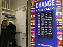 Пункт обмена валют в Будапеште, 4 января 2012 года. Евро поднялся до месячного максимума к доллару после того, как рейтинговое агентство Moody's подтвердило инвестиционный рейтинг Испании. REUTERS/Laszlo Balogh