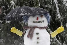 Снеговик в американском городе Рентон, 19 января 2012 года. Россия будет отдыхать 10 дней на Новый год, пять - на Первомай и еще четыре - на День Победы, решил премьер Дмитрий Медведев, перетасовав выходные и праздники специальным постановлением. REUTERS/Robert Sorbo