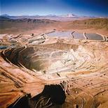 Медный рудник Escondida компании BHP Billiton в Чили. Фотография передана Рейтер 10 февраля 2010 года. Горнорудный гигант BHP Billiton намерен повысить добычу железной руды, надеясь благодаря низкой себестоимости получить преимущество перед конкурентами, страдающими от снижения спроса в Китае. REUTERS/BHPBillinton/Handout