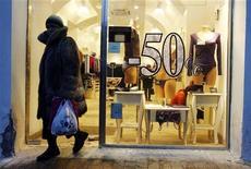 Женщина выходит из магазина нижнего белья в Санкт-Петербурге, 28 января 2010 года. Рост потребительских цен в РФ замедлился до 0,1 процента за период с 9 по 15 октября 2012 года с 0,2 процента неделей ранее, сообщил Росстат. REUTERS/Alexander Demianchuk