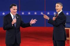 Candidato republicano à presidência dos EUA, Mitt Romney (E), e o presidente Barack Obama falam durante segundo debate presidencial em Hempstead, Nova York. Obama e o adversário republicano, Mitt Romney, passaram boa parte do debate da noite de terça-feira verificando fatos e informações um do outro. 16/10/2012 REUTERS/Mike Segar