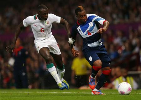 Senegal's Zargo Toure (L) and Britain's Danny Rose fight for the ball during their men's Group A football match at the London 2012 Olympic Games in Old Trafford, Manchester, northern England July 26, 2012. REUTERS/Eddie Keogh