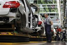 Employees of German car manufacturer Mercedes Benz work on Mercedes B-class cars at the Mercedes plant in Rastatt July 16, 2012. Daimler will invest another 600 million euros ($734.6 million) by the end of 2013 in its Rastatt plant in Germany, where it will add a third shift starting in October to meet demand for its line of compact Mercedes-Benz premium cars. REUTERS/Alex Domanski (GERMANY - Tags: TRANSPORT BUSINESS)