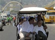 Oscar Niemeyer, de 104 anos, visita o sambódromo no Rio de Janeiro com o prefeito carioca, Eduardo Paes. 08/02/2012 REUTERS/Ricardo Moraes