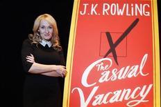 """Escritora J.K. Rowling posa para fotógrafos durante evento para promover seu novo livro """"The Casual Vacancy"""" em Nova York. Rowling, criadora da série """"Harry Potter"""", acha interessante que a ficção """"adulta"""" mais famosa do momento seja a trilogia erótica """"50 Tons de Cinza"""". Mas, diz ela, há uma grande diferença. 17/10/2012 REUTERS/Carlo Allegri"""