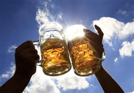 Revellers toast with beer during the 179th Oktoberfest in Munich September 28, 2012. REUTERS/Michaela Rehle