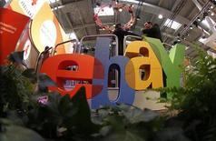 Логотип Ebay на компьютерной ярмарке CeBIT в Ганновере, 2 марта 2011 года. EBay Inc опубликовала сильные результаты за третий квартал 2012 года, однако с осторожностью смотрит на предстоящий сезон рождественских праздников на фоне вероятной ценовой войны с крупными ритейлерами и Amazon.com Inc. REUTERS/Tobias Schwarz