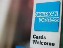 Реклама American Express на двери ресторана в Нью-Йорке, 22 июля 2010 года. Прибыль American Express Co выросла лишь незначительно в третьем квартале, поскольку корпорации продолжают сокращать расходы своих сотрудников. REUTERS/Brendan McDermid