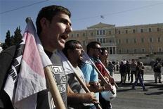 Сторонники Компартии Греции маршируют мимо здания парламента в Афинах, 18 октября 2012 года. Греки в четверг покинули рабочие места второй раз за три недели, надеясь показать лидерам Евросоюза, что новая серия сокращений зарплат и пенсий только ухудшит состояние страны после пяти лет рецессии. REUTERS/Yorgos Karahalis