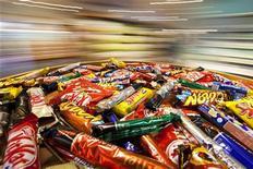 Шоколадные батончики в супермаркете Nestle в Веве, 17 февраля 2011 года. Рост продаж Nestle сократился до 6,1 процента в первые девять месяцев 2012 года, оказавшись ниже прогнозов, сообщил крупнейший в мире производитель пищевых продуктов. REUTERS/Valentin Flauraud