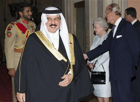 Bahrain's King Hamad bin Isa Al Khalifa walks away after being greeted by Britain's Queen Elizabeth and Prince Philip (R) at a reception before the Diamond Jubilee lunch at Windsor Castle in London May 18, 2012. REUTERS/Arthur Edwards/POOL
