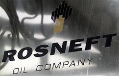 Логотип Роснефти у входа в офис компании в Москве, 18 октября 2012 года. Британская нефтяная компания BP получила от Роснефти предложение продать 50 процентов ТНК-ВР, сообщили в четверг два источника, знакомых с деятельностью компаний. REUTERS/Maxim Shemetov