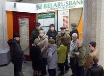 Люди стоят в очереди в обменный пункт в Минске, 6 апреля 2011 года. Нацбанк Белоруссии не исключает повышения ставки рефинансирования по итогам октября, ужесточив политику впервые в текущем году, сказала журналистам глава Нацбанка Надежда Ермакова. REUTERS/Vasily Fedosenko
