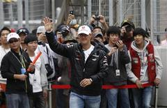 Piloto alemão da Mercedes, Michael Schumacher, acena para fãs em sessão de autógrafos no Circuito Internacional da Coreia, antes do Grande Prêmio da Coreia do Sul de F1, em Yeongam. O heptacampeão mundial de Fórmula 1 disse em entrevista que cogita disputar rodeios depois que se aposentar definitivamente do automobilismo, no final deste ano. 13/10/2012 REUTERS/Kim Hong-Ji