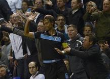 Torcedor é visto puxando braço do jogador da Lazio, Stefano Mauri, durante partida pela Liga Europa contra o Tottenham Hotspur, em Londres. A Uefa decidiu na quinta-feira multar a Lazio em 40 mil euros (52,4 mil dólares) por causa de gritos racistas dos seus torcedores durante o empate sem gols contra o Tottenham Hotspur, em setembro. 20/09/2012 REUTERS/Dylan Martinez