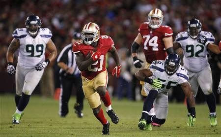 San Francisco 49ers running back Frank Gore (C) runs for a 20-yard gain against Seattle Seahawks' Alan Branch (L) and Leroy Hill during the fourth quarter of their NFL football game in San Francisco, California October 18, 2012. REUTERS/Robert Galbraith