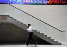 Мужчина бежит по лобби Лондонской фондовой биржи, 22 сентября 2011 года. Европейские рынки акций открылись снижением в пятницу после четырехдневного ралли под давлением акций хай-тек после выхода слабого квартального отчета Google. REUTERS/Paul Hackett
