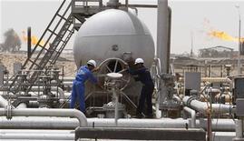 Рабочие South Oil Company (SOC) на нефтяном месторождении Румайла в иракской провинции Басра, 24 мая 2010 года. Американский нефтяной гигант Exxon Mobil хочет выйти из крупного проекта Западная Курна-1 в Ираке, что дает шанс компаниям из России и Китая укрепить позиции в стране, сообщили источники в дипломатических кругах и в нефтяной отрасли. REUTERS/Atef Hassan/Files