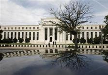 Здание ФРС США в Вашингтоне, 16 сентября 2008 года. Федеральная резервная система США, скорее всего, воздержится от каких-либо новых мер по результатам заседания на следующей неделе, обсудив эффект новой программы стимулов, одобренной в сентябре. REUTERS/Jim Young