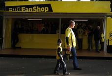 """Болельщики дортмундской """"Боруссии"""" проходят мимо магазина с атрибутикой перед матчем чемпионата Германии, 29 сентября 2012 года. REUTERS/Ina Fassbender"""